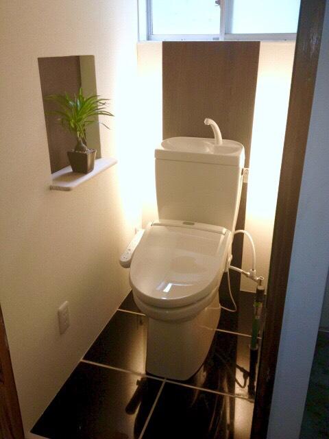 黒い床のトイレ